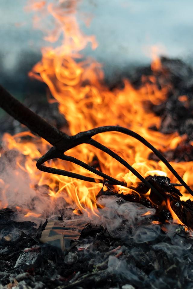 Стала відома сума нових штрафів за підпал сухої трави і листя в Україні