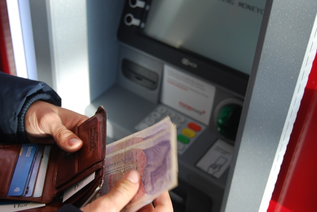 Українці на карантині стали менше знімати гроші в банкоматах