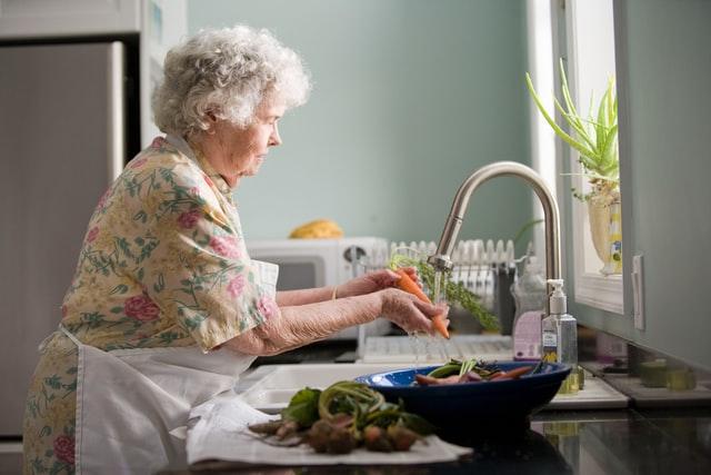 МОЗ не рекомендує виходити на роботу людям за 60, але є винятки