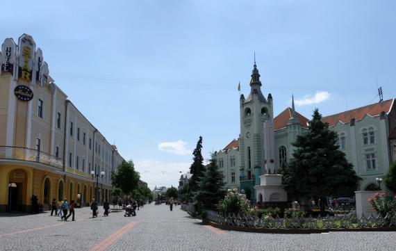 У Мукачевому відкривають торгові центри і парки раніше