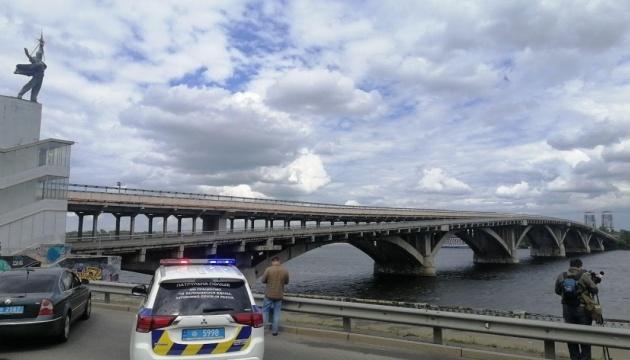 Правоохоронці затримали чоловіка, який погрожував підірвати міст Метро