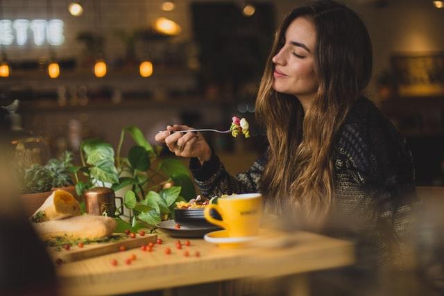 До 4 клієнтів за столом і соцдистанція: названо умови роботи ресторанів