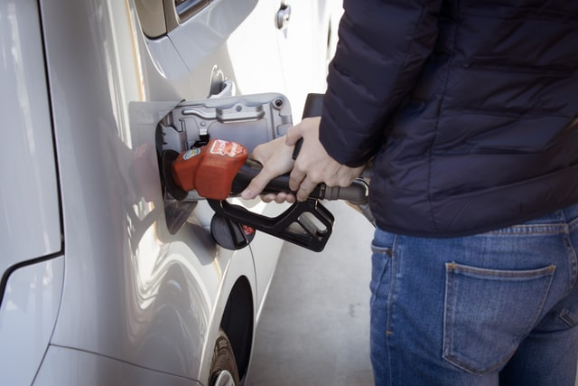 Бензин в Україні за рік подешевшав більш як на чверть, – Держстат