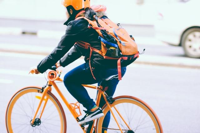 Кабмін дозволив велосипедистам їздити смугами громадського транспорту