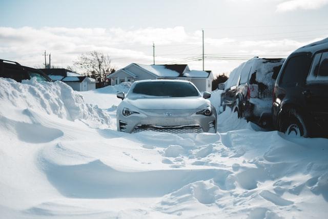 Підприємливі львів'яни почали за гроші відкопувати авто зі снігу