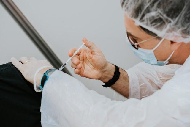 Понад половина всіх дорослих в Україні цьогоріч мають бути вакциновані, – Шмигаль