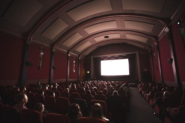 В Україні дозволили масові заходи із 100% наповненням глядачів та без дотримання дистанції